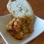 クラフトビアキッチン - お通しのカレー風味ツナサラダ。