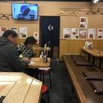 串屋横丁 - 奥のテーブル席と小上がり。