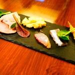キオッチョラ - ワカサギのエスカベッシュ、イワシのマリネ、ホウボウを生ハムでしめたカルパッチョ、ウニのフラン