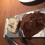 80385296 - ゴルゴンゾーラチーズ薄切りのパン付き