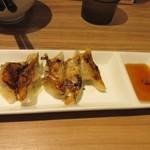 赤のれん&とん吉 - セットの餃子の焼き上がり、福岡らしい一口餃子5個のセット。  これだけで最初のご飯が無くなってしましました。