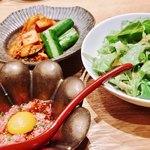 焼肉すどう - 近江牛ユッケ&軽めのサラダ、キムチ様