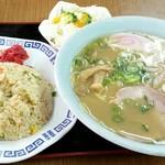 お食事処ふみ - 半チャンラーメン 830円