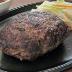 スティック&スプーン - 荒挽き肉弾半バーグ つなぎはほんの少しだけにして牛肉の美味しさをギュギュッと凝縮したステーキ感覚の肉肉しいハンバーグです。少し赤みが残るミディアムな焼き加減でご提供します。和牛交雑種使用