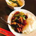 王龍餃子房 - 肉団子のオイスターソース丼&ワンタンスープ900円