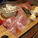 大衆ビストロGABRI - 生ハムとチーズの盛り合わせ。4種類を選べます♪たくさん種類があるから迷っちゃう。1200円