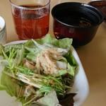 紀伊見荘 - 料理写真:バイキング形式のサラダと、ドリンク、赤だしです