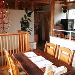 80418184 - 店内はウッド調。テーブルもインテリアも木材。明るい2階席はゆったり、落ちきます。