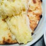 ナン - ガーリックチーズナンのチーズはたっぷり