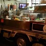 赤天ラーメン - トラック内が厨房に