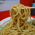 ラーメン二郎  - 若干細め平打ちズル麺