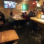 鴨川港 魚魚組 - 日曜日午後4時ごろの店内。