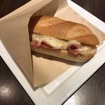 オスロ コーヒー - ハムと北欧チーズのサンドイッチ