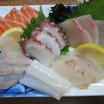 三枡 - 刺身盛合せ(烏賊、ヒラメ、スズキ、蛸、サーモン、カンパチ):1200円