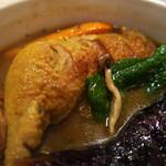 スパイスカフェ87 - 鶏もも肉が丸ごと入っている