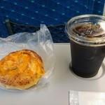 ハースブラウン - 料理写真:蟹トマトクリームパンとアイスコーヒー