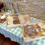 スイート  - バイキングのパンは9種類。バター・ジャム3種・オリーブオイルの準備がある