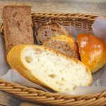 スイート  - 皮がパリっとクリスピーなフランスパンが美味しい! 全種類制覇したいところだが、次の予定が(笑)