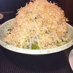 味波 - 鰹節で覆われている大根サラダ