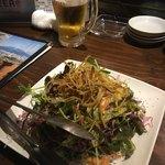 ハイパーチキン野郎 - お通しのサラダ、山盛り。