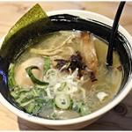 麺場 浜虎 - 塩鶏そば(味玉入り) 880円 さっぱりした仕上がりながらも味に厚みがあります。