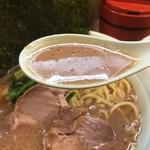 渡来武 - 茶褐色の豚骨醤油スープ。 鶏油の香り、コク。 武蔵家さんの中でも、結構濃度が高く感じます。豚骨を煮込み煮込み煮込み、溶け出したエキス。砕けた骨。少しザラッとした感じもあるので、更に濃く感じる。