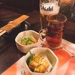 居酒屋 NIJYU-MARU - お通しのだし巻き玉子とビール・ウーロン茶