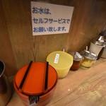 渡来武 - ▪︎卓上の調味料。 おろし生姜があるのが好き。