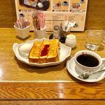 """喫茶サンチョ - モーニングセット全景。カウンターというより、""""お一人様席""""に近い雰囲気。"""