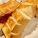 喫茶サンチョ - トーストには、切れ込みが入っており、食べやすくなっている。