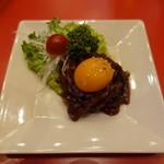 ASIANバル MAMAYA - 和牛燻製ユッケ(480円)