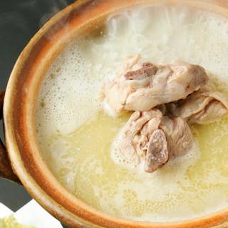 寒い季節には鍋で温まる♪濃厚鶏ガラスープの「水炊き鍋」