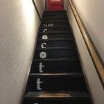 シチューとラクレットの店 cocotte - 階段で2階へ