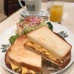 80461804 - モーニング、タマゴサンドセット。コーヒー、オレンジジュース付きで1200円。(内税)