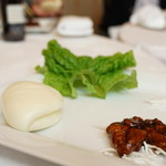 春蘭門 - 猪ロース肉の甘みそ仕立て蒸しパン添え