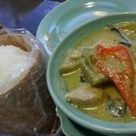 アジアンキッチン サワディー - グリーンカレーは、牛、鶏、海老と選べます。 これは鶏肉。 ライスは好みで、タイ米の餅米の物をチョイスしてみました。