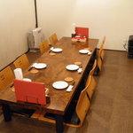 ビストロ肉匠 - カウンターのほか、お座敷、半個室もあります。