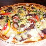 ビストロ肉匠 - 角切りベーコンと季節野菜のピザ