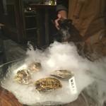 新宿 牡蠣スター - ドライアイスで妖艶な生牡蠣