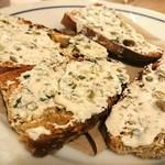 ブラッスリー ロノマトペ - スモークサーモンの付け合わせ、ケッパーなクリームチーズパン