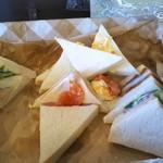 新橋ベーカリー - 14:00過ぎ…入店直後のパン食べ放題(サンドイッチ側)