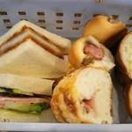 新橋ベーカリー - 先程のバスケットから…食べれそうなパンを頂く (サンドイッチ…上からカツサンドとハムサンド 菓子&総菜パン…右から時計回りにクリームパン、ベーコン、ウインナーパン②)です。サンドは時間経って耳固い