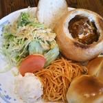 新橋ベーカリー - パン食べ放題をつまみ始めたら…来た♡ ビーフシチューが♡パンをくり抜いたもの(•ㅂ•)و思ったより大きい