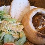 新橋ベーカリー - サラダとビーフシチュー♡パンの蓋も添えられていて表面カリッ♡