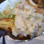新橋ベーカリー - ポテトサラダを…ロールパンに乗せて♡ ポテトサラダパンにして頂く♡