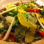 ビストロ肉匠 - フルーツトマトと果物のサラダ
