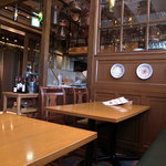 トラットリア・アリオリ - 広いテーブル席