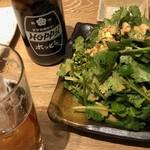肉汁餃子製作所ダンダダン酒場 - ホッピーにパクチーサラダが。量が多い