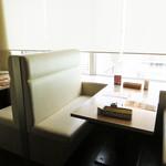 東京純豆腐 - 窓際のテーブル席ならイムズ12階からの夜景も多少楽しめそうです。