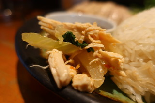 PhraArthit - 茹で鶏とセロリの和え物アップ